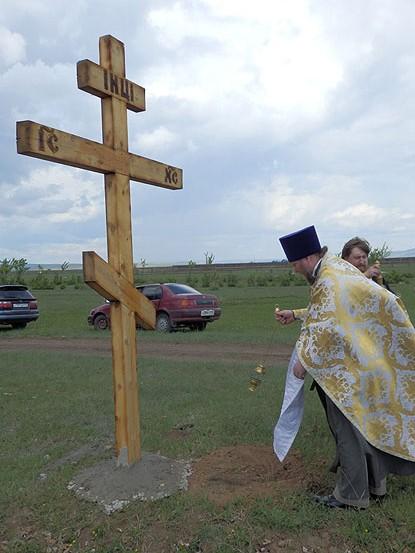 На въездах в п. Усть-Ордынский установили поклонные кресты