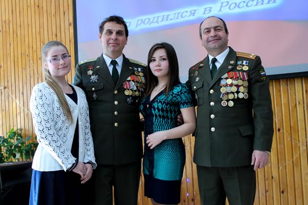 Полковник Кобзарь В.А и подполковник Наврузов Р.Н. с гимназистками 9 класса